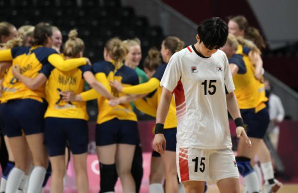 ▲4일 일본 요요기 국립경기장에서 열린 2020 도쿄올림픽 여자 핸드볼 8강전에서 스웨덴 선수이 39-30으로 대한민국을 꺾은 뒤 기뻐하고 있다. (도쿄(일본)=AP/뉴시스)