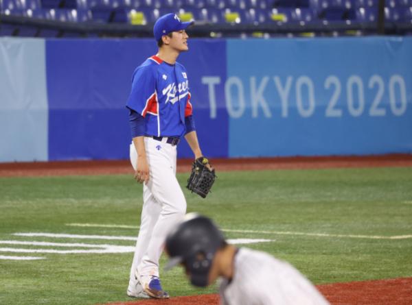 ▲4일 일본 요코하마 스타디움에서 열린 2020 도쿄올림픽 야구 준결승전에서 선발 투수로 나선 고경표가 3회말 일본에 점수를 내준 뒤 아쉬워하고 있다. (요코하마(일본)=뉴시스)