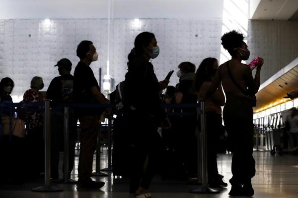 ▲여행객들이 4일(현지시간) 미국 캘리포니아주 로스앤젤레스(LA) 국제공항에 있는 국제선 터미널에서 체크인을 위해 줄을 서고 있다. LA/EPA연합뉴스