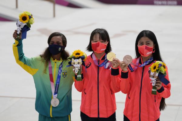 ▲스케이트보드 여자 스트리트 수상자들. 왼쪽부터 레이사 릴, 니시야 모미지, 나카야마 후나. (뉴시스)