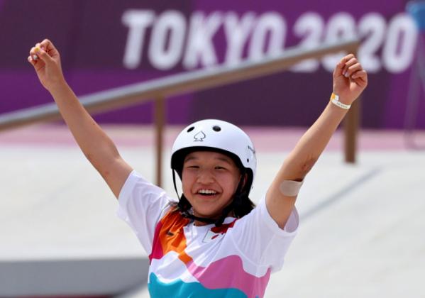 ▲지난달 26일 도쿄 어번 스포츠파크에서 스케이트보드 여자 스트리트 금메달을 딴 니시야 모미지가 환호하고 있다. (연합뉴스)