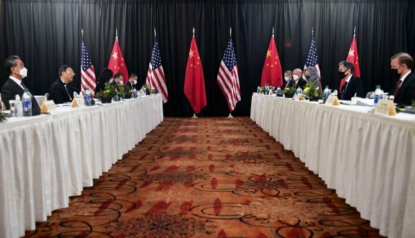 ▲토니 블링컨 미국 국무장관을 비롯한 미국 외교단과 왕이 중국 외교부장을 비롯한 중국 외교단이 3월 18일 알래스카에서 회담을 하고 있다. 알래스카/AP뉴시스