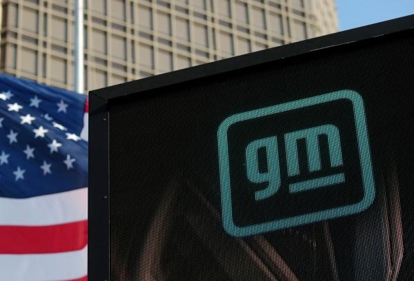 ▲GM 로고가 3월 16일 미국 미시간주 디트로이트에 있는 본사 정면에서 보인다. 디트로이트/로이터연합뉴스