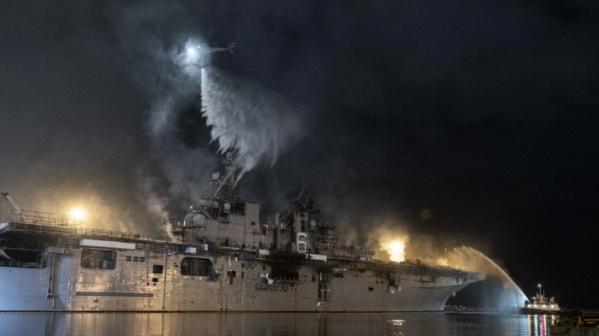 ▲미국 샌디에이고 해군기지에 정박해 있던 미 해군 함정 본험 리처드함이 지난해 7월 14일(현지시간) 화재가 발생, 헬리콥터가 화재 진압을 위해 물을 뿌리고 있다. 샌디에이고/AP뉴시스