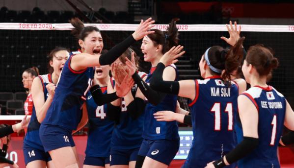 ▲한국 여자 배구 대표팀 선수들이 4일 일본 도쿄 아리아케 아레나에서 열린 2020 도쿄올림픽 여자 배구 8강전에서 터키에 승리를 거둔 후 기뻐하고 있다. 한국 여자 배구는 이날 승리로 4강 진출을 확정지었다. (도쿄(일본)=뉴시스)