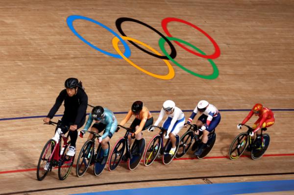 ▲이혜진(앞에서 네 번째)이 4일 일본 시즈오카현 이즈시 이즈벨로드롬에서 열린 2020 도쿄올림픽 사이클 트랙 여자 경륜 경기에서 역주하고 있다.  (로이터/연합뉴스)