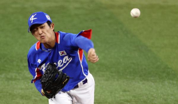 ▲5일 오후 일본 요코하마 스타디움에서 열린 2020 도쿄올림픽 야구 패자 준결승전에서 선발 투수로 나선 이의리가 미국을 상대로 공을 던지고 있다. (요코하마(일본)=뉴시스)