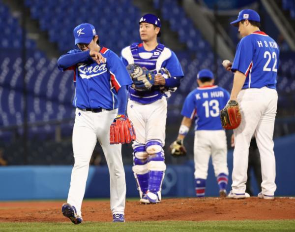 ▲5일 일본 요코하마 스타디움에서 열린 2020 도쿄올림픽 야구 패자 준결승전에서 6회말 원태인이 마운드를 내려오고 있다. (요코하마(일본)=연합뉴스)