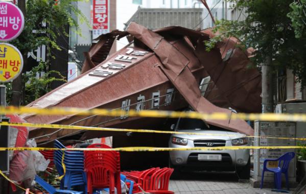 ▲2019년 태풍 '링링'이 중부지방을 관통한 당시 붕괴된 교회 첨탑 (연합뉴스)