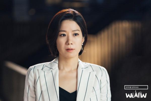 ▲유니콘 대표 송가경(전혜진 분)은 재벌 기업을 이끄는 시어머니에 억눌려 회사를 위한 결정은커녕 사회를 어지럽히는 불법적인 행위를 저지른다. (tvN)