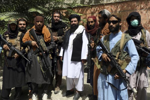 ▲아프가니스탄을 장악한 이슬람 무장조직 탈레반 병사들이 18일(현지시간) 수도 카불에서 M16 소총 등 미제 무기를 들고 있다. 카불/AP뉴시스