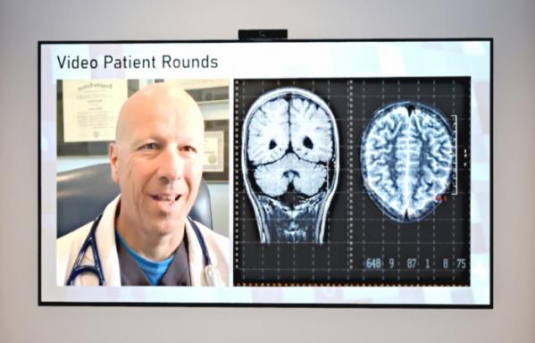 ▲LG전자가 병원용 TV와 함께 사용할 수 있는 원격진료 솔루션을 출시했다. 사진은 LG전자가 개발한 원격진료 솔루션을 활용해 비대면 진료가 이뤄지는 모습을 나타낸 예시 이미지. (사진제공=LG전자)