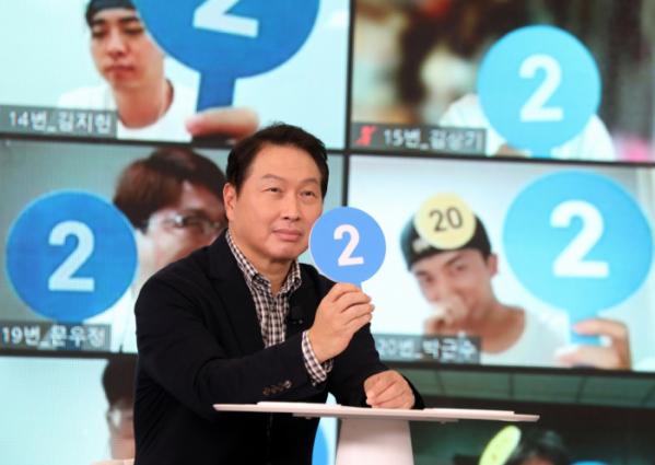 ▲최태원 SK그룹 회장이 지난 26일 경기도 이천 SKMS연구소에서 열린 '이천포럼 2021' 퀴즈 이벤트에서 구성원들과 퀴즈를 풀고 있다. (사진제공=SK)