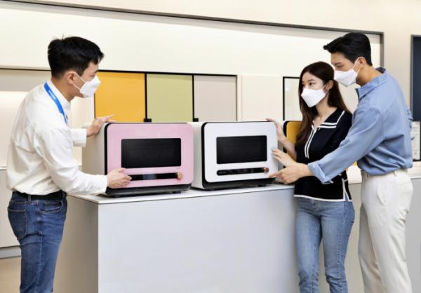 ▲삼성 디지털프라자 강남본점에서 판매직원이 신개념 조리기기 '비스포크 큐커'를 소개하고 있다. (사진제공=삼성전자)