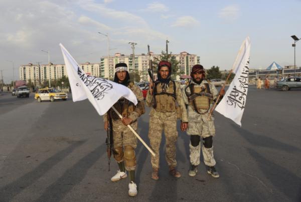 ▲탈레반 소속 대원들이 30일(현지시간) 수도 카불의 시내 한 복판에서 총기와 함께 탈레반 깃발을 들고 있다. 이날 밤 미군은 철군을 완료했다. 카불/AP뉴시스