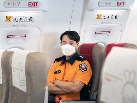 ▲티웨이항공은 소방관들의 여행 및 출장 등에 따른 항공기 이용 시 기내안전 증대를 위해 비상구 좌석을 현직 소방관에게 제공한다.  (사진제공=티웨이항공)