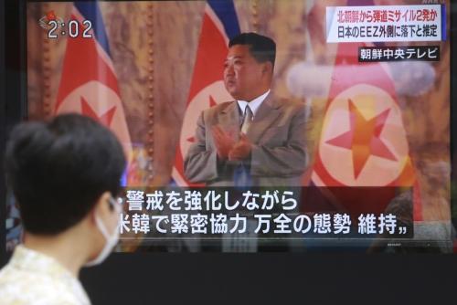 ▲일본 도쿄 시내에서 한 남성이 김정은 북한 국무위원장이 등장한 화면을 지나가고 있다. 도쿄/AP연합뉴스