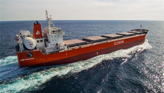 ▲포스코가 독자 개발한 고망간강 소재를 적용한 LNG 탱크 연료추진선박 일신 그린아이리스호. (사진제공=해양수산부)