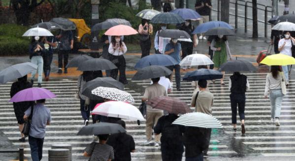 ▲서울 용산역 앞에서 우산을 쓴 시민들이 발걸음을 재촉하고 있다.  (뉴시스)