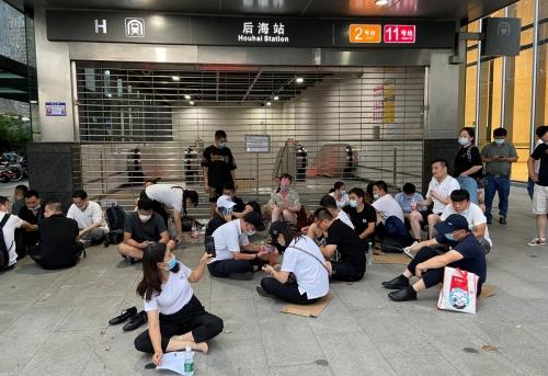 ▲중국 광둥성 선전시 헝다 본사 옆 지하철 출입구에 투자자들이 몰려 들었다. (선전/로이터연합뉴스)