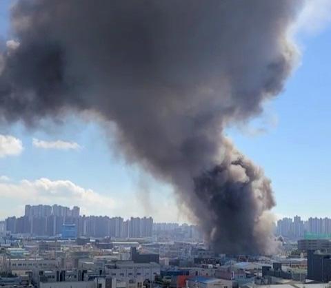 ▲21일 오후 인천시 서구 가좌동 한 자동차부품 공장에서 불이 나 검은 연기가 치솟고 있다. 연합뉴스