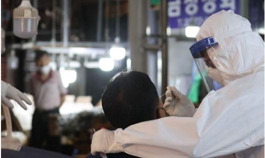 ▲ 28일 오전 서울 중구 중부-신중부시장 내 설치된 '찾아가는 임시선별검사소'에서 상인들이 검사를 받고 있다.  (연합뉴스)