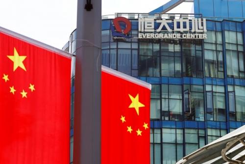 ▲중국 '헝다' 로고가 오성홍기를 배경으로 보인다. 상하이/로이터연합뉴스