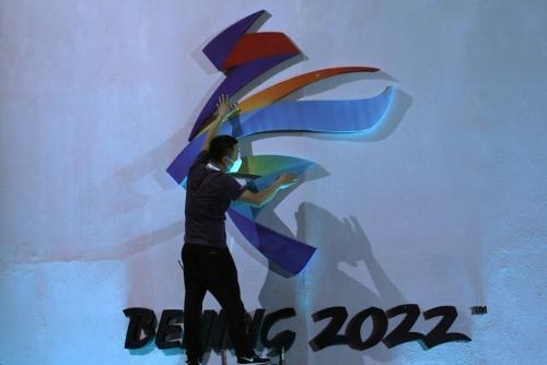 ▲한 남성이 2022 베이징 동계올림픽 상징물 작업을 하고 있다. 베이징/로이터연합뉴스