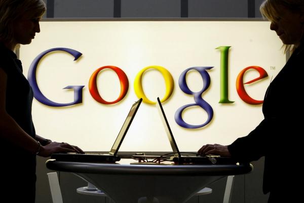 ▲독일 하노버에서 열린 산업 박람회에서 구글 로고가 그려진 조명 앞에서 사람들이 노트북 작업을 하고 있다. (하노버/AP연합뉴스)