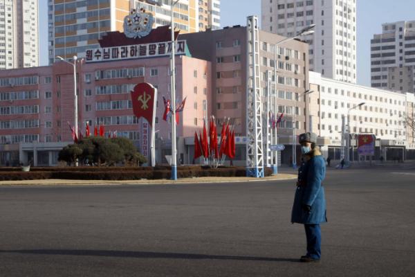 ▲북한의 교통경찰이 올해 1월 평양역 앞 대로에 마스크를 착용한 채 서있다. 평양/AP뉴시스