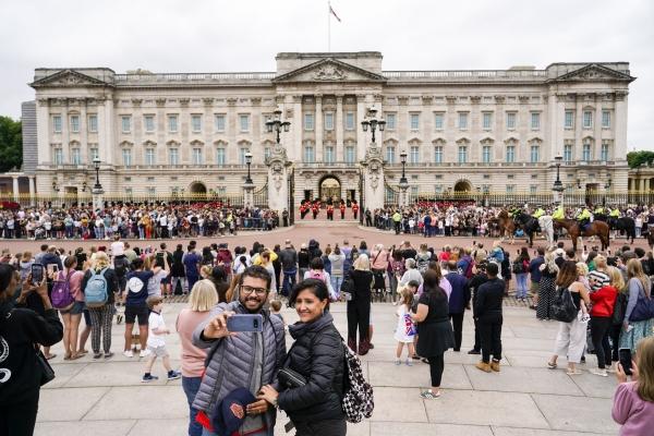 ▲지난달 23일(현지시간) 월요일 영국 런던 버킹엄궁에서 열린 왕실 근위대 교대식을 관광객들이 구경하고 있다.   (AP/연합뉴스)