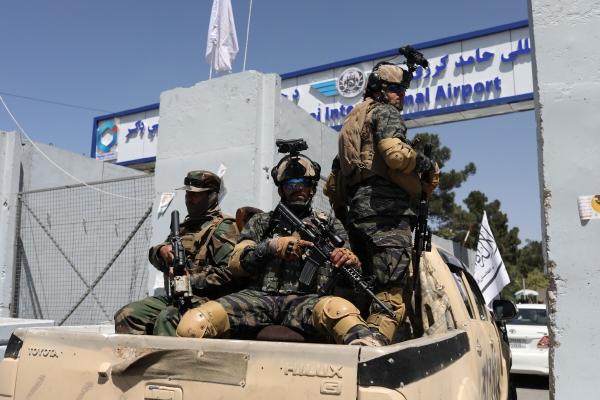 ▲탈레반 조직원들이 9월 5일 카불 국제공항에 진입하고 있다. 카불/로이터연합뉴스