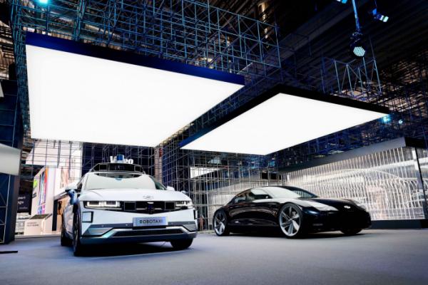 ▲현대차가 지난달 독일 뮌헨에서 열린 'IAA 모빌리티 2021'에 참가했다. (왼쪽부터) 아이오닉5 로보택시, 두 번째 전용 전기차 아이오닉6의 컨셉카인 '프로페시(Prophecy)', 하반기 공개 예정인 아이오닉 브랜드 대형 SUV 컨셉의 실루엣.  (사진제공=현대차)