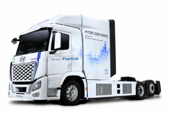 ▲소형 상용차는 현행처럼 배터리 전기차로, 대형 트럭은 수소전기 시스템을 활용할 계획이다. 엑시언트 수소전기트럭을 기반으로 한 엑시언트 수소전기트랙터의 모습. 캐빈(승객석) 뒷편에 수소탱크를 쌓아올리면 주행거리를 크게 연장할 수 있다.   (사진제공=현대차)