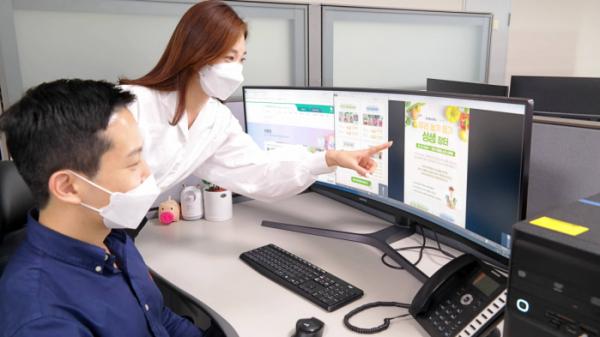 ▲삼성전자 직원들이 '온라인 장터'에서 농산품을 고르는 모습 (사진제공=삼성전자)