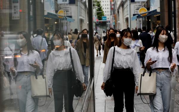 ▲일본 도쿄에서 시민들이 9일 거리를 걷고 있다. 도쿄/로이터연합뉴스
