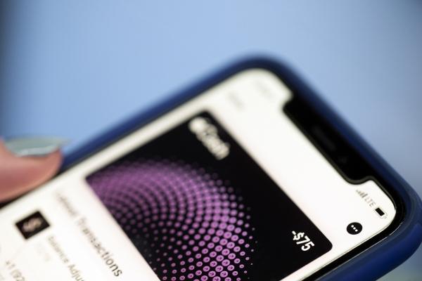 ▲한 아이폰 사용자가 애플페이 앱을 쓰고 있다. AP뉴시스