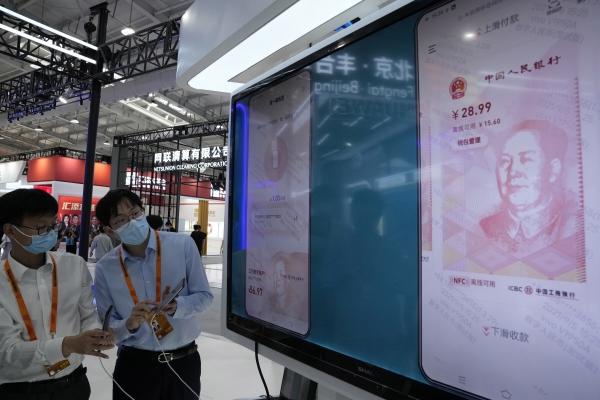 ▲중국 베이징에서 9월 5일 열린 중국서비스무역교역회에서 직원들이 디지털 위안을 시연하고 있다. 베이징/AP뉴시스