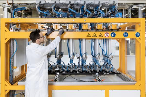 ▲한화큐셀 직원이 독일 기술혁신센터에서 태양광 모듈 관련 장비를 점검하고 있다. (사진제공=한화큐셀)