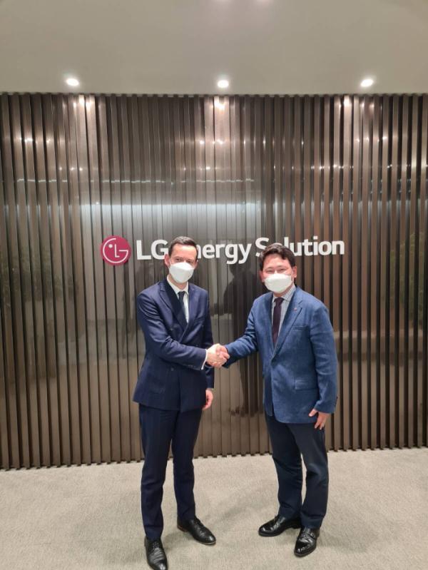▲마친 오치에파(왼쪽) 차관과 장승세 LG에너지솔루션 경영전략총괄 전무가 LG에너지솔루션 본사에서 악수하고 있다. (출처=마친 오치에파 차관 SNS)
