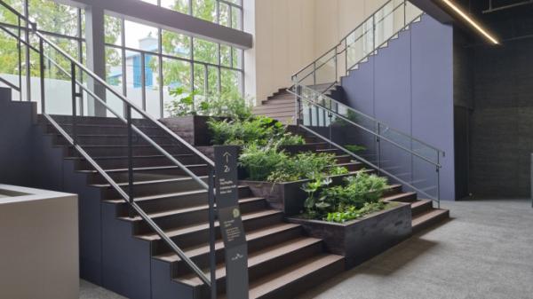 ▲건설사 SK에코플랜트는 친환경적 견본주택 설치·운영을 위한 '견본주택 에코에디션' 프로젝트를 시작한다고 14일 밝혔다. 견본주택 에코에디션이 적용된 대구 달서구 본리동 '달서 SK뷰' 견본주택. (사진 제공=SK건설)