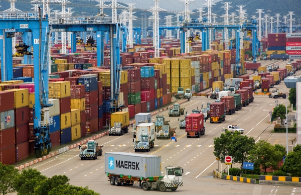 ▲중국 저장성 닝보-저우산항 컨테이너 터미널에 트럭들이 줄지어 서 있다. 닝보/로이터연합뉴스