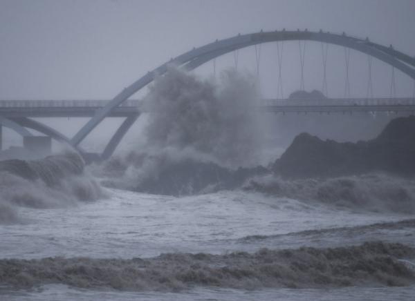▲중국 저장성 저우산에서 13일 태풍 찬투로 파도가 높게 일고 있다. 저우산/신화뉴시스