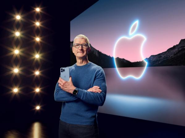 ▲팀 쿡 애플 최고경영자(CEO)가 14일(현지시간) 미국 캘리포니아주 쿠퍼티노 애플파크에서 스페셜이벤트를 열고 아이폰13 프로를 들고 있다. 쿠퍼티노/로이터연합뉴스