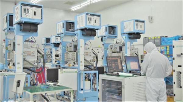 ▲삼성전자 협력회사인 반도체 장비 기업 '원익IPS' 직원들이 반도체 생산설비를 점검하고 있다. (사진제공=삼성전자)