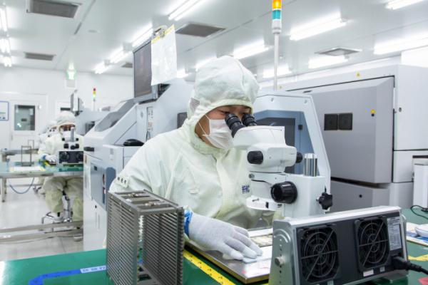▲삼성전자 협력회사인 네트워크 장비 기업 'RFHIC' 직원이 회로 기판 내부에 반도체 칩을 부착하고 있다. (사진제공=삼성전자)