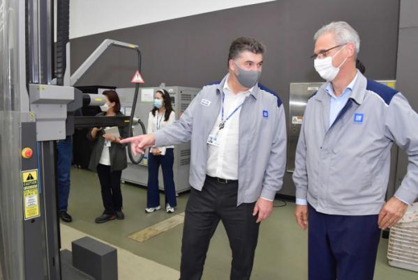 ▲14일 한국지엠 인천 부평 본사에서 카허 카젬(Kaher Kazem) 한국지엠 사장(왼쪽)과 로베르토 렘펠(Roberto Rempel) 지엠테크니컬센터코리아 사장(오른쪽)이 지엠테크니컬센터코리아 디자인센터에서 현장 안전 점검 활동을 하고 있다.  (사진제공=한국지엠)