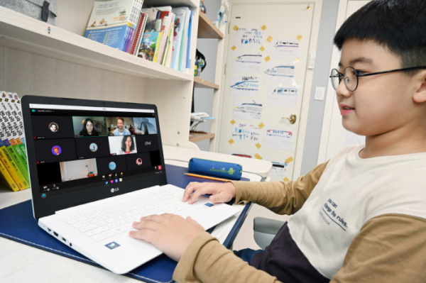 ▲LG전자가 네이버 교육 플랫폼 웨일 스페이스를 탑재한 웨일북(whalebook)을 출시하며, 최적의 비대면 교육 솔루션을 제공한다. 모델이 LG 웨일북으로 비대면 학습을 하고 있다.  (사진제공=LG전자)