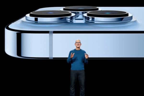 ▲팀 쿡 애플 최고경영자(CEO)가 14일(현지시간) 캘리포니아주 쿠퍼티노에서 온라인으로 진행된 스페셜이벤트에서 아이폰13 시리즈 카메라 기능에 대해 설명하고 있다. 쿠퍼티노/로이터연합뉴스