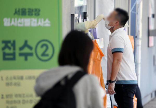▲코로나19 신규 확진자가 2080명으로 집계된 15일 오전 서울 중구 서울광장 임시선별검사소에서 시민이 검사를 받고 있다.  (뉴시스)